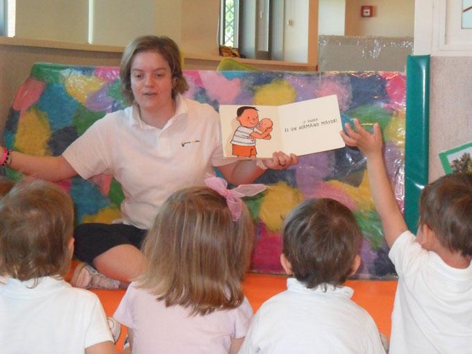 Resultado de imagen para educadora narrando un cuento